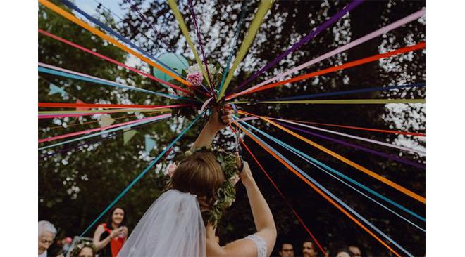 idee-originale-pour-changer-du-lancer-de-bouquet-de-mariage-le-jeu-du-ruban